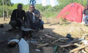 Veèery tráví bìženci ze Súdánu spoleènì, skromnou veèeøi si vaøí v kotlíku mezi...
